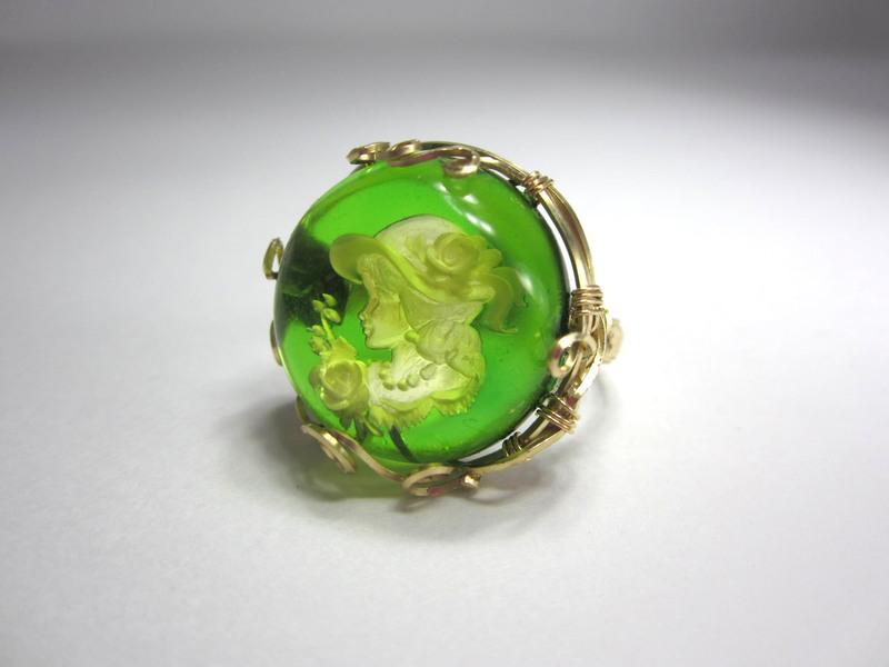 グリーンアンバーインタリオ指輪のサムネイル